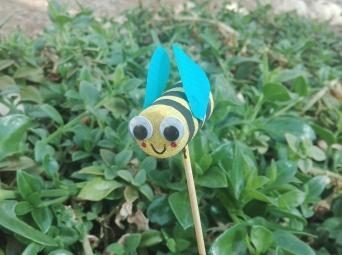 Una piccola ape ottenuta colorando un tappo di sughero